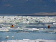 Het landschap van Spitsbergen met kano Stock Fotografie
