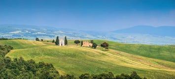Het landschap van Toscanië met beroemde Cappella-della Madonna Royalty-vrije Stock Afbeeldingen