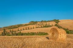 Het landschap van Toscanië met hooibalen op het gebied, Italië Stock Afbeelding