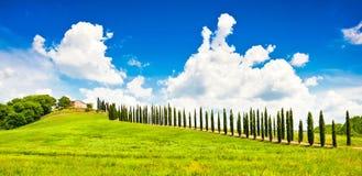Het landschap van Toscanië met huis op een heuvel Royalty-vrije Stock Afbeeldingen