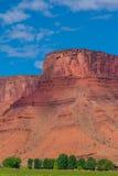 Het landschap van Utah met rood Butte en landbouwbedrijf Royalty-vrije Stock Afbeeldingen