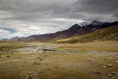 Het landschap van Vallley van Leh met donkere wolken royalty-vrije stock foto