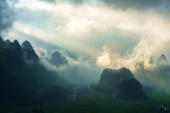 Het landschap van Vietnam met berg en lage wolken in vroege ochtend in Trung Khanh, Cao Bang, Vietnam Royalty-vrije Stock Fotografie