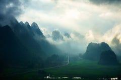 Het landschap van Vietnam met berg en lage wolken in vroege ochtend in Trung Khanh, Cao Bang, Vietnam Royalty-vrije Stock Afbeeldingen