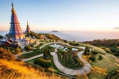 Het landschap van het zonsonderganglandschap van twee pagoden met tropische tuin, toeristen die rond twee pagoden, mooie bergmeni royalty-vrije stock foto
