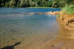 Het landschap van Zwitserland door de rivier Stock Afbeelding