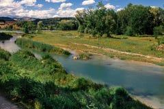 Het landschap van Zwitserland door de rivier Stock Foto