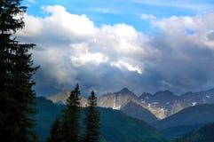 Het landschap verlichtte prachtig bergpieken Royalty-vrije Stock Afbeeldingen