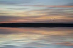 Het landschaps trillende kleuren van de onduidelijk beeld abstracte zonsondergang Royalty-vrije Stock Afbeeldingen