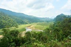 Het landschaps van de Noord- rivierberg Vietnam Mooie mening over de lijn van Ha Giang op het noorden van Vietnam Motorreis stock foto