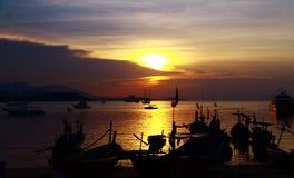 Het landschaps vissersboot van Nice met zonsondergang bij Koh samui, Thailand Stock Afbeeldingen