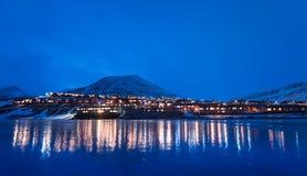 Het landschapsaard van behangnoorwegen van de bergen van bouw de sneeuwstad van Spitsbergen Longyearbyen Svalbard op een polair d royalty-vrije stock afbeeldingen
