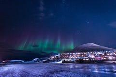 Het landschapsaard van behangnoorwegen van de bergen van bouw de sneeuwstad van Spitsbergen Longyearbyen Svalbard op een polair d stock fotografie