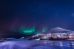 Het landschapsaard van behangnoorwegen van de bergen van bouw de sneeuwstad van Spitsbergen Longyearbyen Svalbard op een polair d stock foto's