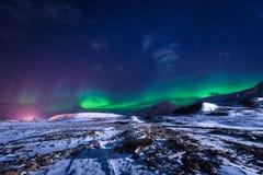 Het landschapsaard van behangnoorwegen van de bergen van bouw de sneeuwstad van Spitsbergen Longyearbyen Svalbard op een polair d royalty-vrije stock foto's