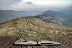 Het landschapsbeeld van de Stuningszonsondergang van de Grote Rand in het Piekdistrict in pagina's van open boek, verhaal het ver stock fotografie