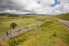 Het landschapsbeeld van het platteland aan bergen Royalty-vrije Stock Afbeelding