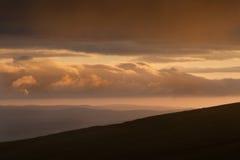 Het landschapsbeeld van het platteland aan bergen Stock Foto's