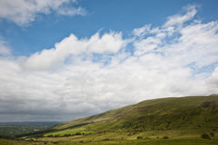 Het landschapsbeeld van het platteland aan bergen Stock Afbeeldingen