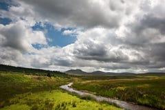 Het landschapsbeeld van het platteland aan bergen Stock Fotografie