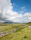 Het landschapsbeeld van het platteland overdwars aan bergen Royalty-vrije Stock Afbeeldingen