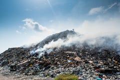 Het landschapshoogtepunt van de huisvuilstortplaats van draagstoel, plastic flessen, vuilnis en ander afval bij het tropische eil stock foto
