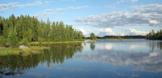 Het landschapspanorama van het meer stock afbeelding