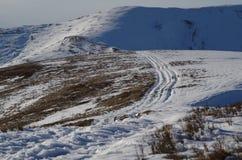 Het landschapsvoetafdrukken van de Carpatianwinter in de sneeuw Stock Afbeelding