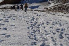 Het landschapsvoetafdrukken van de Carpatianwinter in de sneeuw Royalty-vrije Stock Afbeeldingen