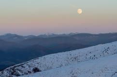 Het landschapsvoetafdrukken van de Carpatianwinter in de sneeuw Royalty-vrije Stock Afbeelding