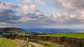 Het landschapsweg die van het platteland door gebieden leidt Royalty-vrije Stock Foto's