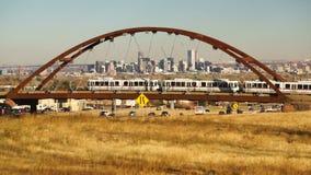 Het Landschapsweg van Denver Skyline Transit Train Bridge Colorado stock video