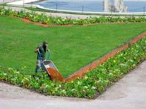 Het landschapswerk in het stadspark, werkman met tuinkruiwagen royalty-vrije stock foto's