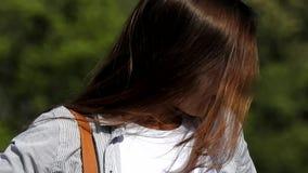 Het Lange Haar van het tienermeisje stock video