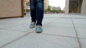 Het lange, langbenige meisje gaat door stad 2 stock videobeelden