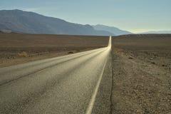 het lange lege van de de Doodsvallei van de woestijnweg Nationale Park Royalty-vrije Stock Fotografie