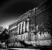 Het lange Menings Griezelige Verlaten Achtervolgde Ziekenhuis Stock Afbeeldingen