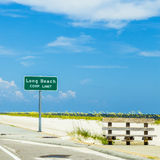 Het Lange Strand van het straatteken bij weg Stock Fotografie