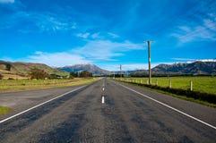 Het lange weg zich uit uitrekken om berg te drogen Stock Afbeeldingen