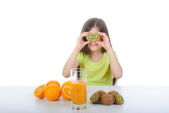 Het langharige meisje spelen met fruit Stock Foto