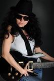 Het langharige meisje van het portret met een gitaar Royalty-vrije Stock Afbeeldingen