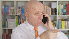 Het langzame Bureau Ernstige Gesturing van Smartphone Discussion Interior van de Motiezakenman stock footage