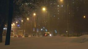 Het langzame drijven tijdens sneeuwval stock footage