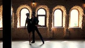 Het langzame paar die van het motieballet in studio dansen stock footage