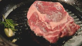 Het lapje vlees die van het het rode vleesrundvlees van de voedselkok geroosterde pan braden stock footage