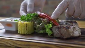 Het lapje vlees van het barbecuevlees met roodgloeiende peper, kruid, graan en tomatensaus op houten raad Geroosterd lapje vlees  stock footage