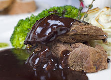 Het lapje vlees van de kameel in chocoladesaus à la carte stock fotografie