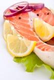 Het lapje vlees van de zalm met citroen en ui stock afbeeldingen