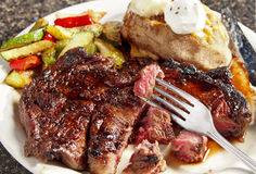 Het Lapje vlees van Delmonico met Groenten Stock Afbeeldingen