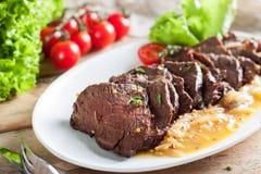 Het lapje vlees van het hangerrundvlees met oranje saus stock afbeelding